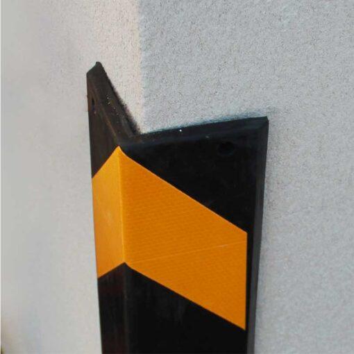 Protection d'angle caoutchouc droit en situation