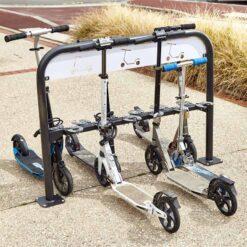 Support trottinettes 12 places verrouillables avec cadenas en situation mobilier urbain