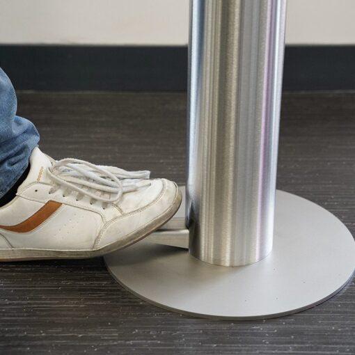 Zoom sur la pédale pour borne distributeur universel de gel hydroalcoolique sur pied en inox acier inoxydable design sans contact mécanique